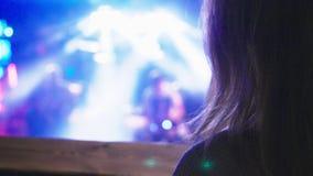 Iluminación borrosa en un club nocturno para el fondo La luz corta entonó imagen Bokeh para el concepto del fondo almacen de video