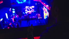 Iluminación borrosa en un club nocturno para el fondo La luz corta entonó imagen Bokeh para el concepto del fondo almacen de metraje de vídeo