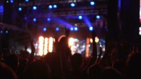 Iluminación brillante coloreada que hace la atmósfera emocionada en el partido duro, vida nocturna almacen de metraje de vídeo