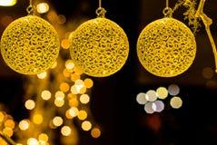 Iluminación colorida del árbol de las muñecas de las bolas de objetos de la decoración de la Feliz Navidad fotografía de archivo libre de regalías