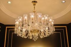 Iluminación cristalina de lujo de la lámpara en el chalet en la noche fotos de archivo