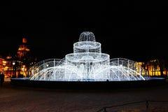 Iluminación de la ciudad en St Petersburg, Rusia Foto de archivo