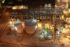 Iluminación de la fábrica petroquímica en noche fotos de archivo libres de regalías