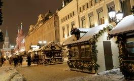 Iluminación de la Navidad (días de fiesta del Año Nuevo) en la calle de Nikolskaya cerca de la Moscú el Kremlin en la noche, Rusi Fotografía de archivo