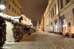 Iluminación de la Navidad (días de fiesta del Año Nuevo) en la calle de Nikolskaya cerca de la Moscú el Kremlin en la noche, Rusi Imagenes de archivo