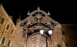 Iluminación de la Navidad (días de fiesta del Año Nuevo) en la calle de Nikolskaya cerca de la Moscú el Kremlin en la noche, Rusi Imágenes de archivo libres de regalías
