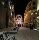 Iluminación de la Navidad (días de fiesta del Año Nuevo) en la calle de Nikolskaya cerca de la Moscú el Kremlin en la noche, Rusi Imagen de archivo