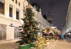 Iluminación de la Navidad (días de fiesta del Año Nuevo) en la calle de Nikolskaya cerca de la Moscú el Kremlin en la noche, Rusi Fotos de archivo