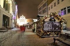 Iluminación de la Navidad (días de fiesta del Año Nuevo) en la calle de Nikolskaya cerca de la Moscú el Kremlin en la noche, Rusi Imagen de archivo libre de regalías