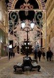Iluminación de la Navidad (días de fiesta del Año Nuevo) en la calle de Nikolskaya cerca de la Moscú el Kremlin en la noche, Rusi Fotos de archivo libres de regalías
