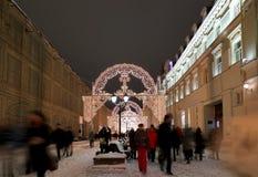 Iluminación de la Navidad (días de fiesta del Año Nuevo) en la calle de Nikolskaya cerca de la Moscú el Kremlin en la noche, Rusi Foto de archivo