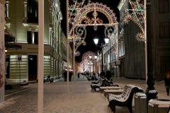 Iluminación de la Navidad (días de fiesta del Año Nuevo) en la calle de Nikolskaya cerca de la Moscú el Kremlin en la noche, Rusi Fotografía de archivo libre de regalías