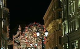 Iluminación de la Navidad (días de fiesta del Año Nuevo) en la calle de Nikolskaya cerca de la Moscú el Kremlin en la noche, Rusi Foto de archivo libre de regalías