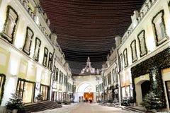 Iluminación de la Navidad (días de fiesta del Año Nuevo) en la impulsión de Tretyakov cerca de la Moscú el Kremlin en la noche, R Fotos de archivo libres de regalías