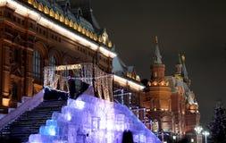 Iluminación de la Navidad (días de fiesta del Año Nuevo) en la noche, cerca del Kremlin en Moscú, Rusia Fotografía de archivo libre de regalías