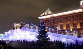 Iluminación de la Navidad (días de fiesta del Año Nuevo) en la noche, cerca del Kremlin en Moscú, Rusia Imagen de archivo libre de regalías