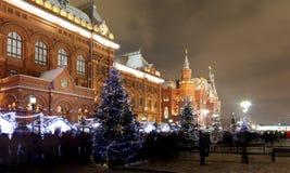 Iluminación de la Navidad (días de fiesta del Año Nuevo) en la noche, cerca del Kremlin en Moscú, Rusia Foto de archivo libre de regalías
