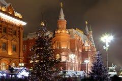Iluminación de la Navidad (días de fiesta del Año Nuevo) en la noche, cerca del Kremlin en Moscú, Rusia Imagen de archivo