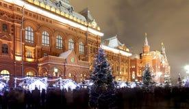 Iluminación de la Navidad (días de fiesta del Año Nuevo) en la noche, cerca del Kremlin en Moscú, Rusia Fotos de archivo libres de regalías