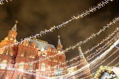 Iluminación de la Navidad (días de fiesta del Año Nuevo) en la noche, cerca del Kremlin en Moscú, Rusia Fotos de archivo