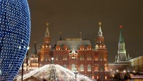 Iluminación de la Navidad (días de fiesta del Año Nuevo) en la noche, cerca del Kremlin en Moscú, Rusia Imagenes de archivo