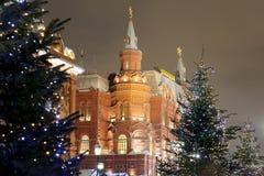 Iluminación de la Navidad (días de fiesta del Año Nuevo) en la noche, cerca del Kremlin en Moscú, Rusia Foto de archivo