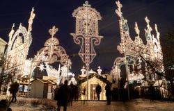 Iluminación de la Navidad (días de fiesta del Año Nuevo) en la noche, Moscú, Rusia Imagen de archivo libre de regalías
