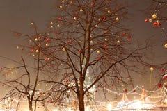 Iluminación de la Navidad (días de fiesta del Año Nuevo) en la noche, Plaza Roja en Moscú, Rusia Fotos de archivo libres de regalías