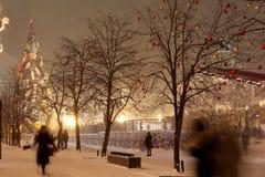 Iluminación de la Navidad (días de fiesta del Año Nuevo) en la noche, Plaza Roja en Moscú, Rusia Fotos de archivo