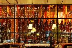 Iluminación de la Navidad de la ventana del restaurante Foto de archivo libre de regalías