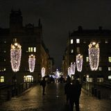 Iluminación de la Navidad en Riksbron en Estocolmo Fotos de archivo libres de regalías