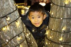 Iluminación de la Navidad y muchacho japonés Fotos de archivo