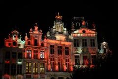 Iluminación de la noche de Grand Place en Bruselas Imágenes de archivo libres de regalías