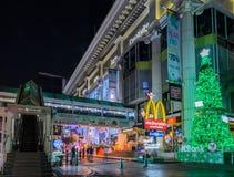 Iluminación de la noche del festival 2015 de la Navidad y de la Feliz Año Nuevo Foto de archivo libre de regalías