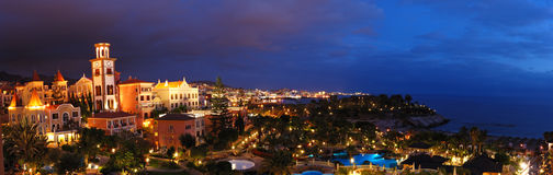 Iluminación de la noche del hotel de lujo durante puesta del sol Imagen de archivo libre de regalías