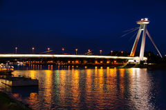 Iluminación de la noche del río Danubio del puente de SNP Imágenes de archivo libres de regalías
