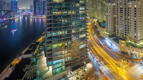 Iluminación de la noche del timelapse aéreo del puerto deportivo de Dubai, UAE metrajes