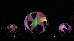 Iluminación de la noche en el parque Bolas que brillan intensamente redondas bajo la forma de vela