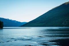 Iluminación de la orilla del lago por puesta del sol Fotografía de archivo libre de regalías