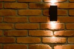 Iluminación de la pared del LED, ladrillo rojo y fondo ligero imagen de archivo libre de regalías