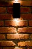 Iluminación de la pared del LED, ladrillo rojo y fondo ligero imagen de archivo