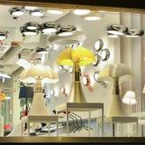 Iluminación de la ventana de la tienda en la noche Imagen de archivo libre de regalías