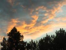 Iluminación de las nubes en el sol de la tarde Imagen de archivo