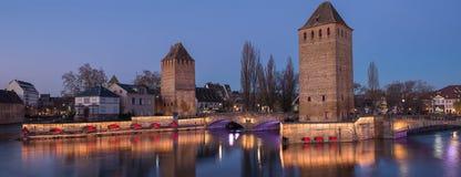 Iluminación de los couverts de Ponts de la tarjeta de la visita de Estrasburgo en diciembre, Francia Imagen de archivo libre de regalías