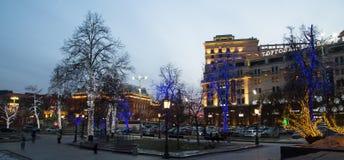 Iluminación de los días de fiesta de la Navidad y del Año Nuevo en la noche en Moscú Fotografía de archivo libre de regalías
