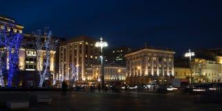 Iluminación de los días de fiesta de la Navidad y del Año Nuevo en la noche en Moscú Fotos de archivo