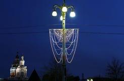 Iluminación de los días de fiesta de la Navidad y del Año Nuevo en la noche en Moscú Imagen de archivo