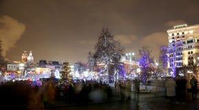 Iluminación de los días de fiesta de la Navidad y del Año Nuevo en la noche en Moscú, Rusia Imagen de archivo libre de regalías