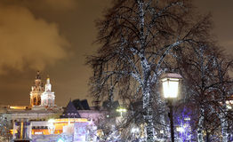 Iluminación de los días de fiesta de la Navidad y del Año Nuevo en la noche en Moscú, Rusia Fotos de archivo