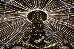 Iluminación de los días de fiesta de la Navidad y del Año Nuevo en la noche en Moscú, Rusia Foto de archivo libre de regalías